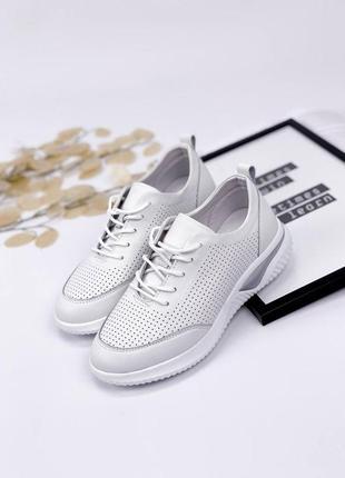 Повседневные белые кожаные кеды