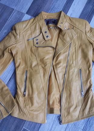 Стильная кожаная куртка косуха. италия. xs - s
