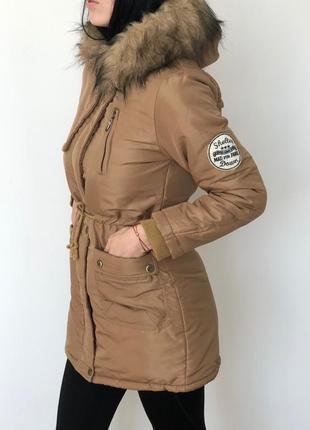 Женская приталенная куртка парска с капюшоном и мехом