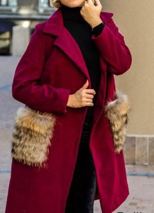 Трендовое демисезонное пальто с нат. мехом енота.. новое!