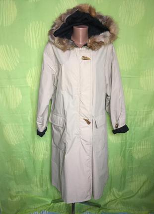 Красивое теплое пастельное пальто с натуральным мехом на капюш...