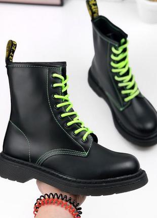 Ботинки мартенсы с неоновыми шнурками и прошивкой