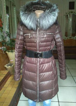 Коричневое пальто пуховик с натуральным мехом