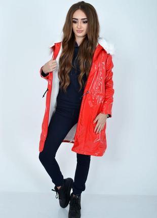 Демисезонная женская куртка красного цвета из латекса с мехово...