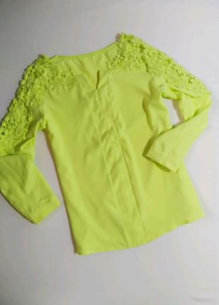 Яркая, нежная блуза
