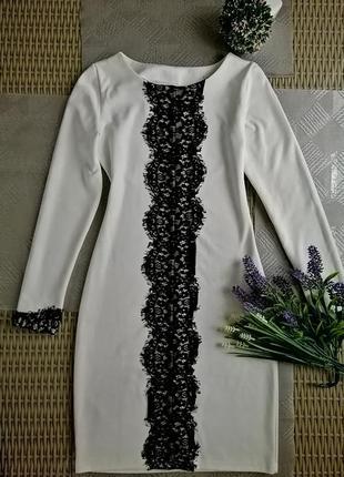 Нарядное белое плотное платье с кружевом