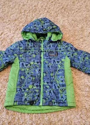 Демисезонная куртка на флисе яркая