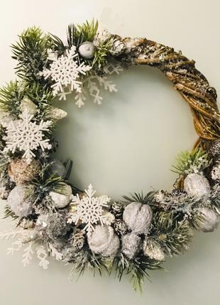 Бело-серый декоративный веночек к Новому году