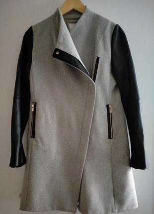 Пальто серое с черными кожаными вставками pimkie элегантное