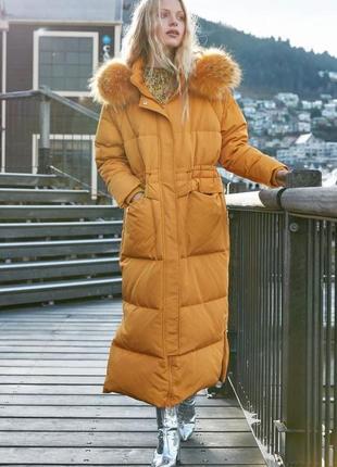 Стильный  длинный зимний прямой пуховик оверсайз с мехом енота...
