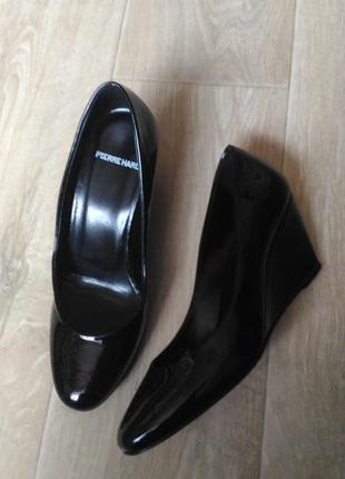 Чёрные лаковые туфли  pierrehardy италия натур кожа, ручная ра...