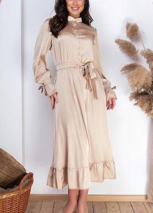 Длинное платье с длинным рукавом и поясом на талии нарядное