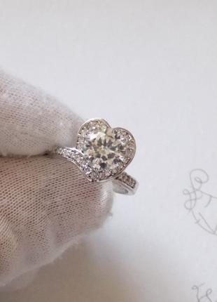 Женское серебряное кольцо с цирконием в виде сердечка