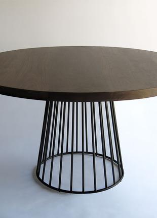 Круглый дубовый стол на металической ножке.