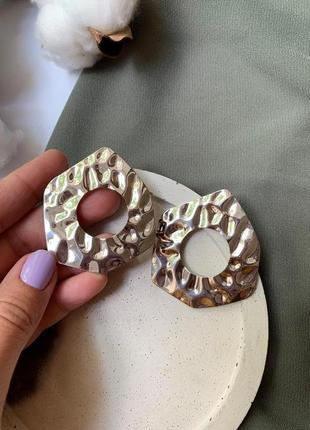 Фактурные крупные мятые серьги серебряного цвета
