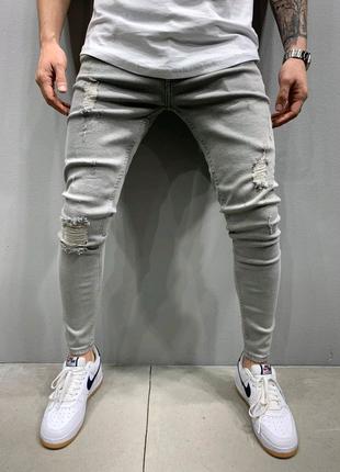Серые джинсы рваные