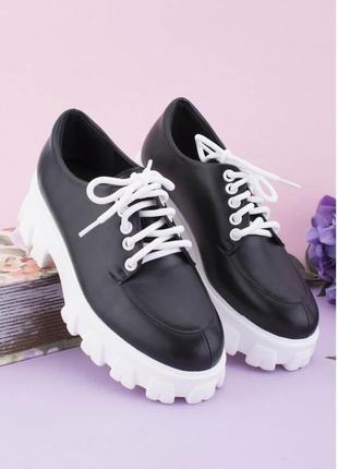 Женские черные туфли на тракторной подошве