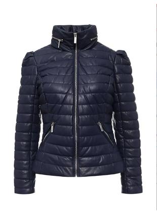 Стильная чёрная стеганая осенняя короткая куртка с меховым вор...