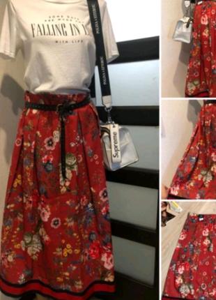 Яркая красная юбка в цветах