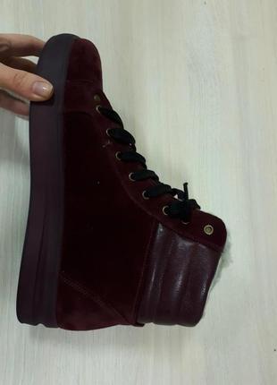 Зимние женские замшевые бордовые ботинки на платформе на шнурк...
