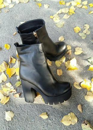 Черные кожаные ботинки/ботильоны на тракторной платформе на вы...