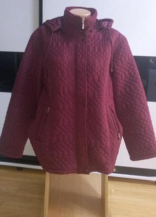 Демисезонная стеганная куртка с капюшоном.
