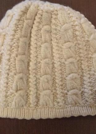 Теплая шерстяная шапка объёмной вязки