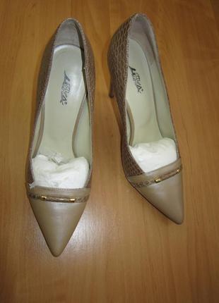 Бежевые кожаные туфли под змею на высоком каблуке liska