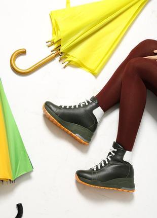 Кожаные женские зимние спортивные зеленые ботинки на танкетке ...