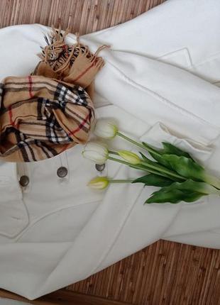 Белое пальто и шарф