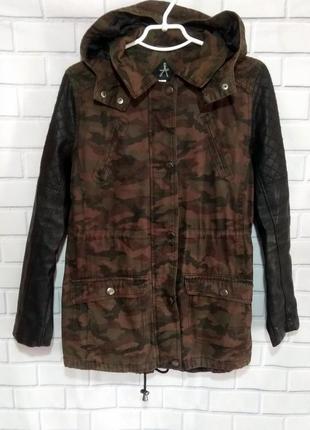 Куртка камуфляжная с кожаными рукавами и капюшоном atmosphere ...