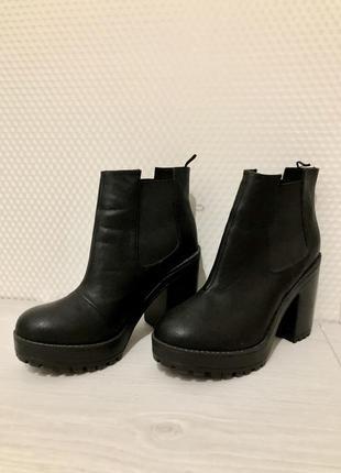 Чёрные ботинки на каблуке с тракторной подошвой, ботильоны 39 р