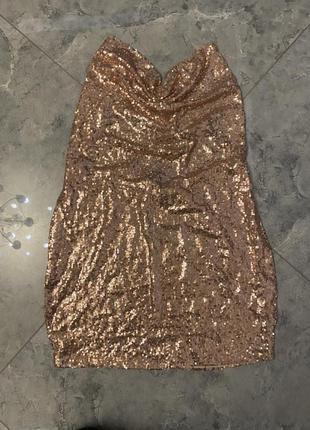 Золотое мини платье в палетки с цепочками