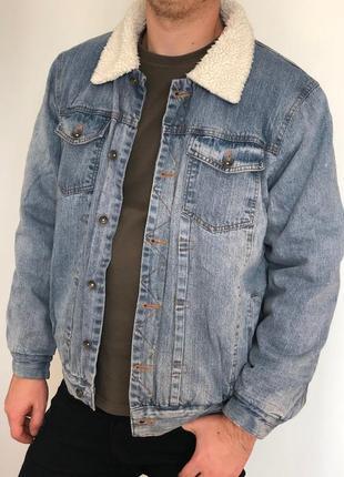 Светло синяя джинсовая куртка с белым мехом - мужская