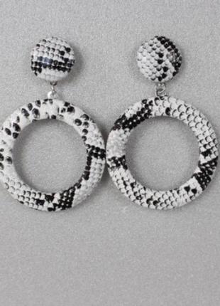 Стильные трендовые серёжки серьги в змеиный принт в стиле zara