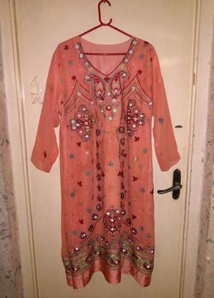 Роскошное,в восточном стиле длинное платье,расшитое камнями и ...