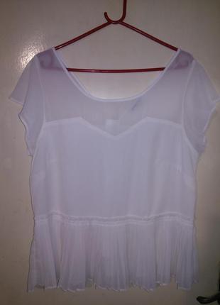 Очаровательная,нарядная,белая блузка на молнии, с баской-плисс...