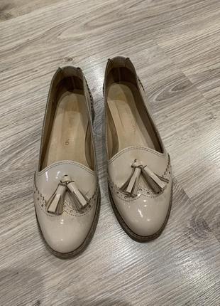 Нодювые бежевые  розовые кожаные  лофёры туфли с кисточкой