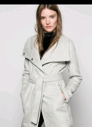 Серое пальто на осень весну bershka