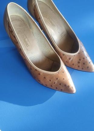 Бежевые туфли-лодочки со страусиной кожи