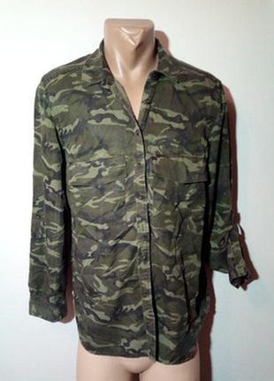 Камуфляжная рубашка с длинным рукавом.