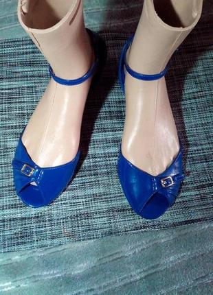 Синие, лакированные босоножки.