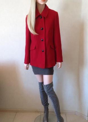 Яркое шерстяное пальто от немецкого бренда