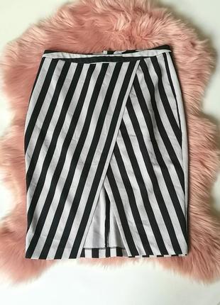 Трендовая черно-белая юбка в полоску на запах с вырезом new lo...