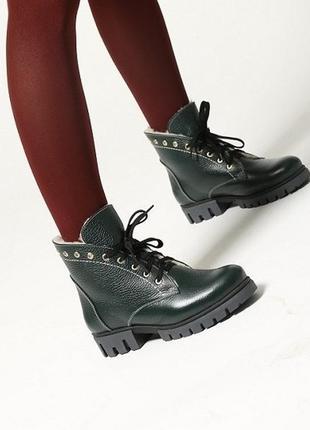 Зимние женские кожаные зеленые ботинки на стильной шнуровке ни...