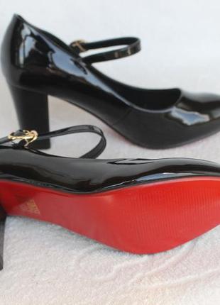 Шикарные туфли 35 размера на устойчивом каблуке
