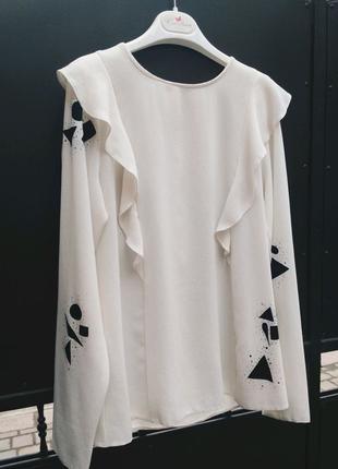 Блуза с воланом и принтом