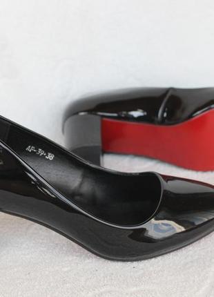 Шикарные туфли 38 размера на устойчивом, удобном каблуке
