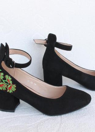 Шикарные туфли 38 размера на удобном каблуке с вышивкой