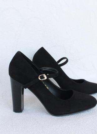 Черные туфли 36 размера на устойчивом каблуке с ремешком